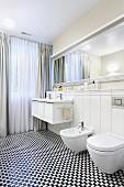 Schwarz-weisser Mosaikboden in elegantem Bad mit elegantem Spiegel und bodenlangen Vorhängen