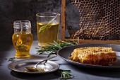 Honig im Glas mit Rosmarin und Honigwabe auf Vintage-Teller