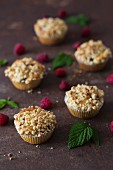 Muffins with raspberries and crumbles