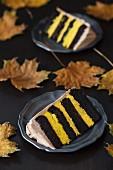 Zwei Stücke Schokoladen-Kürbis-Torte auf einem dunklen Hintergrund mit Herbstlaub