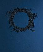 Ring aus Teeblättern auf dunkelblauem Untergrund