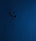 Abdrücke von Glasrändern auf dunkelblauem Untergrund