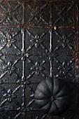 Schwarzer Kürbis auf Metalluntergrund