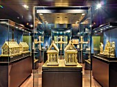 Well protected: the Osnabrück cathedral treasure, reliquary caskets to the left and in the middle with the chapter cross in between, Diözisanmuseum, Osnabrück