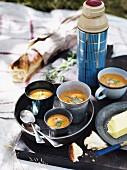 Garnelen-Bisque mit Brot und Butter