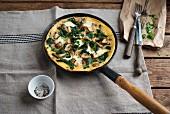 Spinat-Pilz-Omelett in der Pfanne
