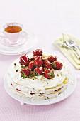 Erdbeerkuchen mit Baiser, karamellisierten Erdbeeren und Pistazien