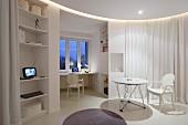 Weisser Ghoststuhl an rundem Tisch in kreisförmigem Wohnbereich mit weißem Vorhang abgetrennt, Blick auf Arbeitsecke am Fenster