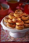 Pasteis de Nata auf Kuchenständer