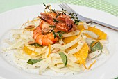 Fenchelsalat mit gegrillten Garnelen, Orangenfilets, frischen Kräutern und Pinienkernen