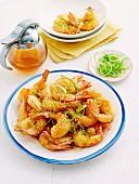 Frittierte Garnelen im Ausbackteig mit Honigglasur und Sesam