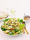 Gemischter Salat mit Apfel, Nüssen, Käse und Honigvinaigrette