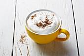 Cappuccino mit Gewürzen, die gute Laune machen