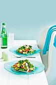 Zwei Teller Fattoush-Salat mit Haloumi auf Esstisch