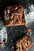 Bananen-Schokoladen-Pecannuss-Brot, angeschnitten