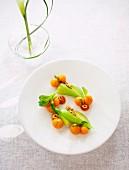 Gelbe Tomaten mit Datteln und Haselnüsse, dazu Gemüse