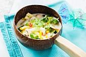 Vegane thailändische Kokossuppe mit Gemüse