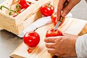 Stielansätze von Tomaten entfernen