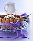Schokoladentorte mit Löffelbiskuit und lila Schleife