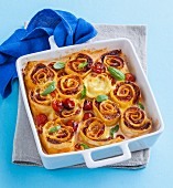 Schinken-Tomaten-Nudelrollen aus dem Ofen