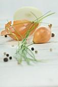 Zwiebel, aufgeschnitten, Schnittlauch und Pfefferkörner