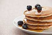 Gestapelte Pancakes mit Heidelbeeren und Ahornsirup