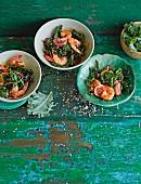 Würzige Knoblauchgarnelen mit Chiliflakes, Orangenschale und Grünkohl