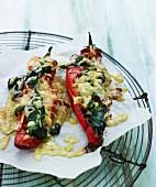 Spitzpaprika mit Spinatfüllung & Käse überbacken auf Abkühlgitter