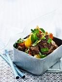 Rinderbraten mit Karotten, gelber Paprikaschote und Zitronenmelisse