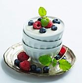 Joghurt mit frischen Beeren und Minze