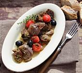 Lamm-Schmortopf mit Zwiebeln, Oliven und Kirschtomaten