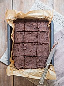 Vegane Kichererbsen-Brownies in der Backform