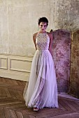 Junge Frau im langen festlichen Kleid mit Tüllrock