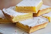 Zitronenschnitten mit Puderzucker