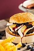 Vegetarischer Burger mit Bohnenbratling, Camembert und Heidelbeer-Balsamico-Marmelade