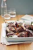 Gebratene Lammkeule mit Rosmarin, Thymian und Karotten