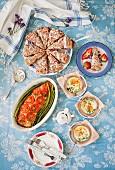 Sonntagsbrunch mit Erdbeer-Scones, Oeufs Cocotte und Seesaibling mit Spargel und Tomaten