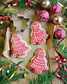 Shortbread-Weihnachtsplätzchen in Tannenbaumform mit rot-weißem Zuckerguss