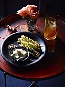 Gegrillter Babymais mit Gewürzsalz und Fetacreme, dazu ein Sherry Cobbler Cocktail
