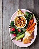 Knoblauch-Hummus mit Gemüse und Fladenbrot