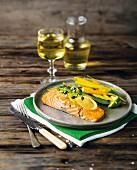 Salmon steak with lemon and garlic