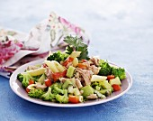 Pasta salad with broccoli, tuna and kiwi