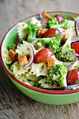 Pasta salad with broccoli, grapes and spicy tofu pieces