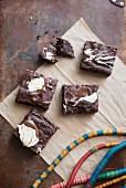 Einige Stücke Nuss-Schoko-Brownies mit geschmolzener Schokolade verziert