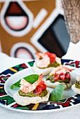 Garnelen mit Basilikumpesto und Tomaten auf kleinen, gebackenen Maisbrötchen