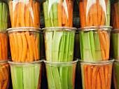 Geschnittenes Gemüse in Plastikbechern auf dem Markt