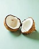 Geöffnete Kokosnuss in zwei Hälften