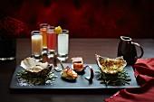 Fischplatte mit Austern auf Queller, Fisch mit Sauce Mornay, frittierten Garnelen und knusprigem enthäuteten Fisch