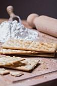Cracker mit Mehl und Nudelholz
