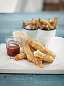 Fisch im Backteig mit Chilisauce und Pommes frites